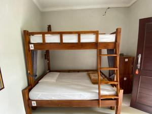 Ein Etagenbett oder Etagenbetten in einem Zimmer der Unterkunft Suwardika Homestay & Dormitory
