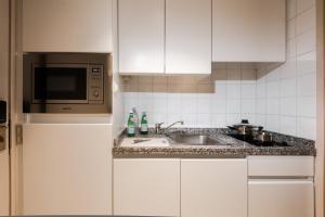 A kitchen or kitchenette at Arass Hôtel & Business Flats