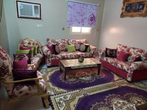 Uma área de estar em دار محمد يونس