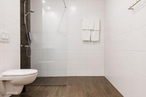 A bathroom at Hotel Katla by Keahotels