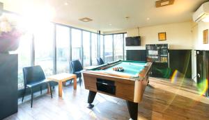 A pool table at Bastion Hotel Schiphol Hoofddorp