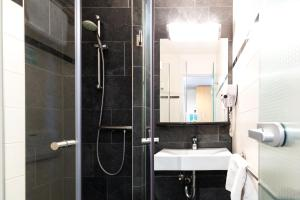 A bathroom at Bastion Hotel Schiphol Hoofddorp