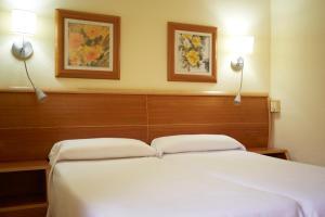 Een bed of bedden in een kamer bij Invisa Hotel La Cala