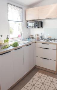 Cuisine ou kitchenette dans l'établissement Camping Le Suroit