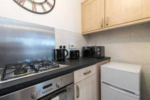 A kitchen or kitchenette at Bright and Spacious Apartment with Free Parking