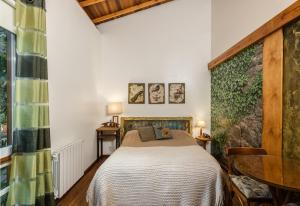 A bed or beds in a room at Pousada Jardim Secreto