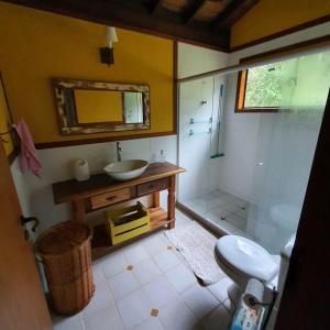 A bathroom at Chalé Canto Bem-te-vi