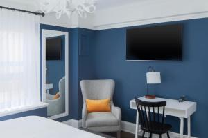 A television and/or entertainment center at voco The Franklin New York, an IHG Hotel