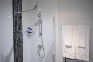 A bathroom at Cleeve Hill Hotel