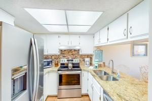 A kitchen or kitchenette at Serenity