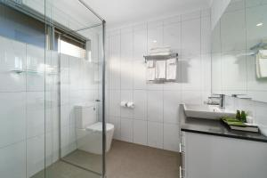 A bathroom at Stagecoach Motel Wodonga