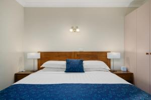 A bed or beds in a room at Stagecoach Motel Wodonga