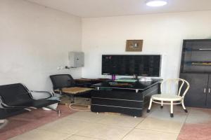 Uma área de estar em OYO 577 Saida Villas