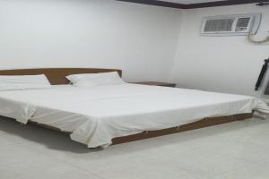Cama ou camas em um quarto em OYO 577 Saida Villas