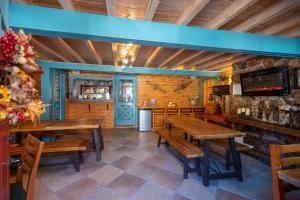 A restaurant or other place to eat at Ouray Inn