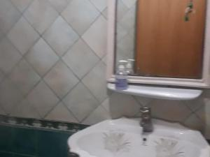 Um banheiro em OYO 576 Shrooq Albaha