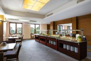A restaurant or other place to eat at Interferie Sport Hotel Bornit