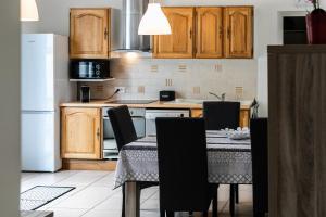 A kitchen or kitchenette at les tilleuls 2 marseille