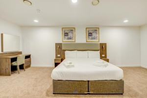 A bed or beds in a room at OYO Plymouth Central