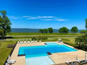 A view of the pool at Howard Johnson Chascomus or nearby