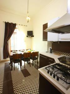 Kuchnia lub aneks kuchenny w obiekcie Decameron Apartments