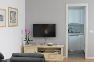 A television and/or entertainment center at Fontana del Trianon Apartment
