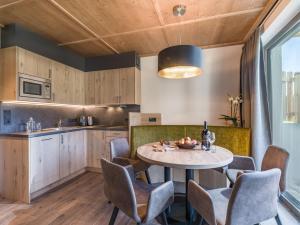 A kitchen or kitchenette at Chalets Weitblick Mariasteinerhof