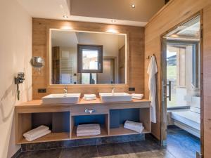 A bathroom at Chalets Weitblick Mariasteinerhof