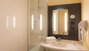 A bathroom at ibis Grenoble Centre Bastille