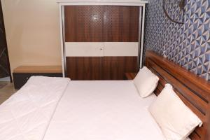A bed or beds in a room at Hotel Ganga Forest View
