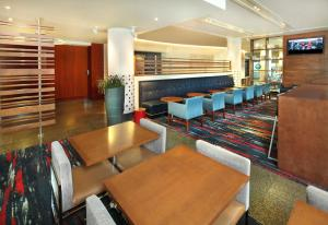 A restaurant or other place to eat at Holiday Inn Express Hotel & Suites Fisherman's Wharf, an IHG Hotel