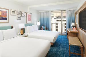 A bed or beds in a room at Outrigger Reef Waikiki Beach Resort