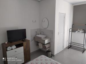 A television and/or entertainment centre at Pousada Casa Verde - quartos individuais - smart tv 32 - e banheiro privativo