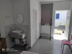 A bathroom at Pousada Casa Verde - quartos individuais - smart tv 32 - e banheiro privativo