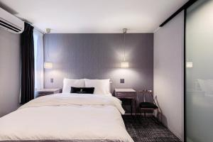 A bed or beds in a room at The Barn Tokyo