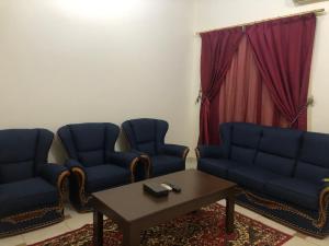 Uma área de estar em Rayatna For Furnished Apartments 3