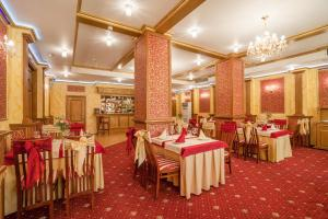 A restaurant or other place to eat at Shery Holl