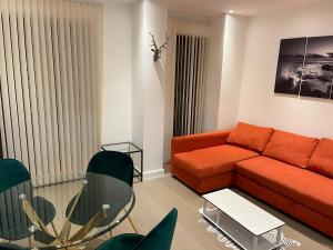 A seating area at En Maison Luxury St Albans 1&2 Bedroom Apartments - Free Parking & Free Wifi - 18 mins to Central London