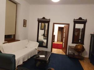 A seating area at Apartament Roma
