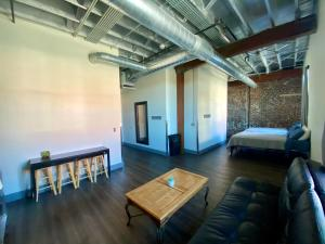 A seating area at Nashville Downtown Hostel