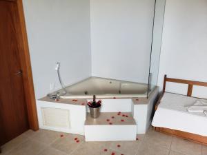 A bathroom at De Rose Praia Hotel