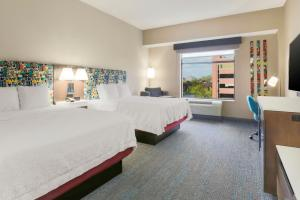 A bed or beds in a room at Hampton Inn & Suites Pittsburgh Downtown