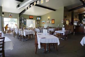 A restaurant or other place to eat at Dooley's Tavern & Motel Springsure