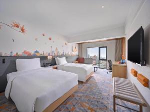 سرير أو أسرّة في غرفة في Hilton Garden Inn Guangzhou Tianhe