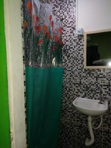 A bathroom at Pousada e hostel Casa de Laio