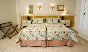 A bed or beds in a room at Hotel Los Ángeles Denia
