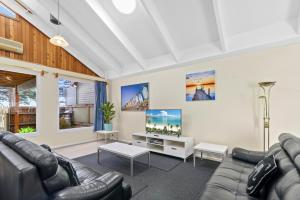 A seating area at Black Dolphin Waterfront Townhouse - Bay Views