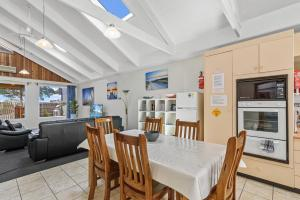 A restaurant or other place to eat at Black Dolphin Waterfront Townhouse - Bay Views