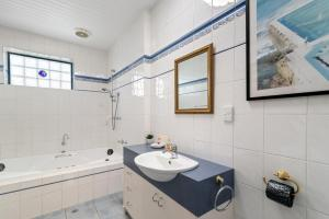 A bathroom at Black Dolphin Waterfront Townhouse - Bay Views