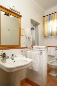 Ein Badezimmer in der Unterkunft Hotel Santa Maria